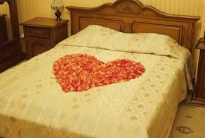 Постель с лепестками роз