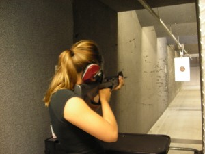 Девушка в тире с пневматическим оружием