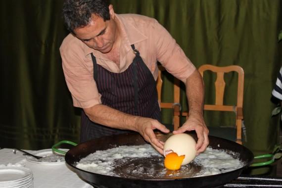 Яичница из страусиного яйца