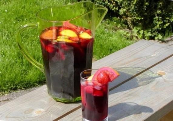 Изображение домашнего напитка из ягод