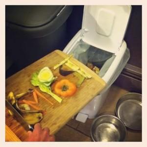 Выброс пищевых отходов в мусорное ведро СompoKeeper