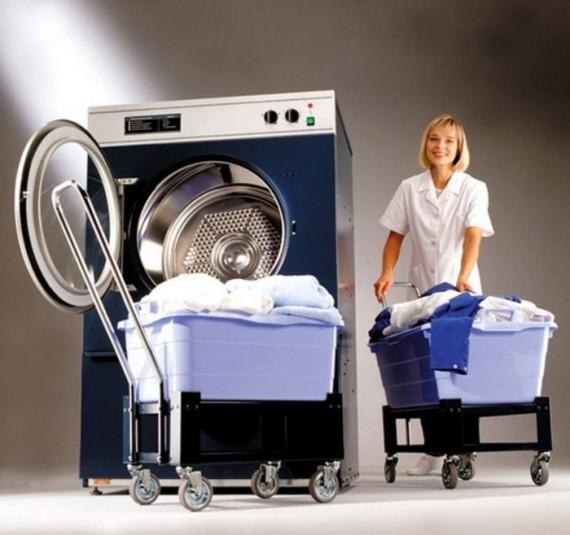 Сотрудник прачечной у стиральной машины