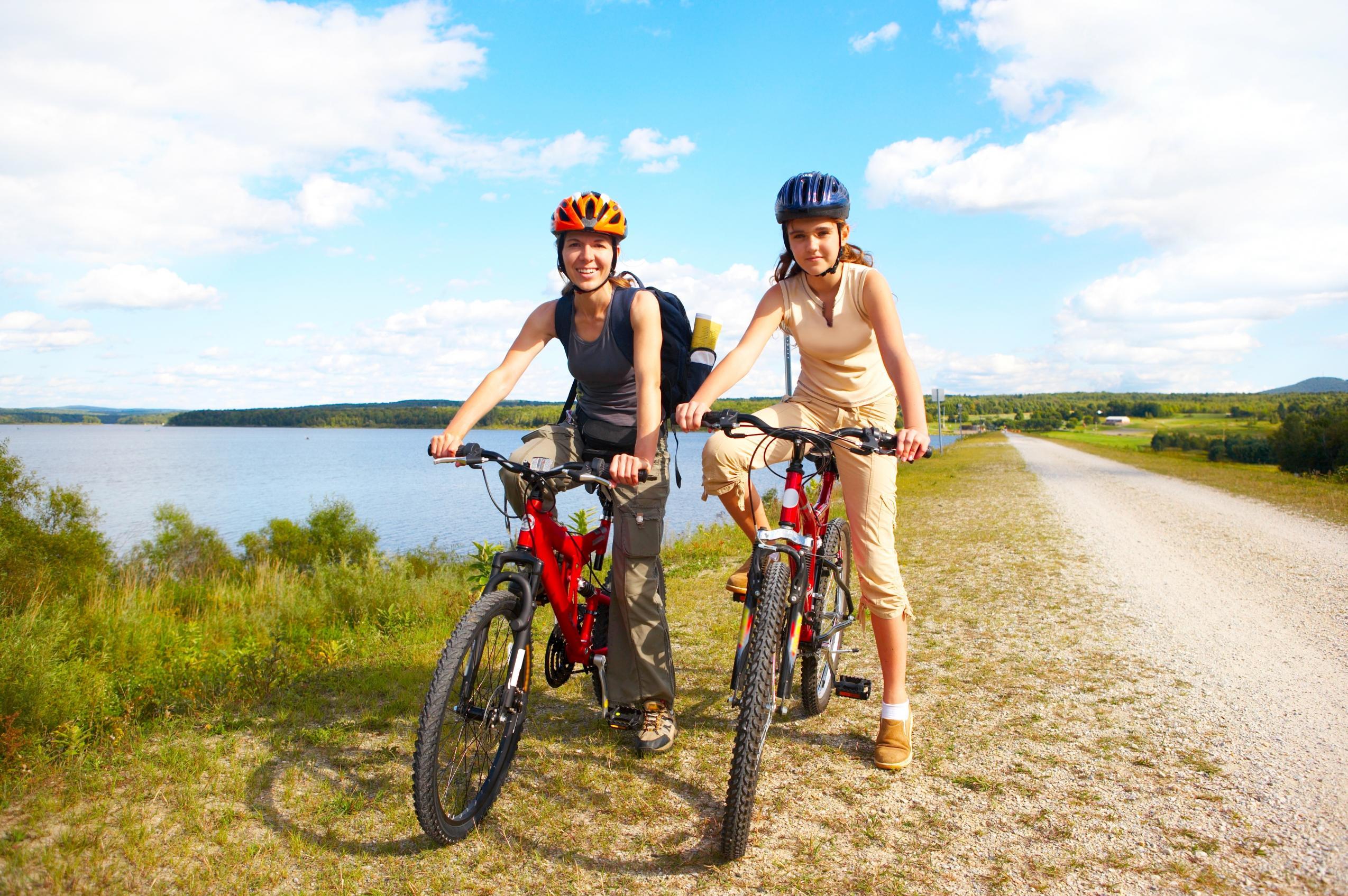 две девушки на велосипедах