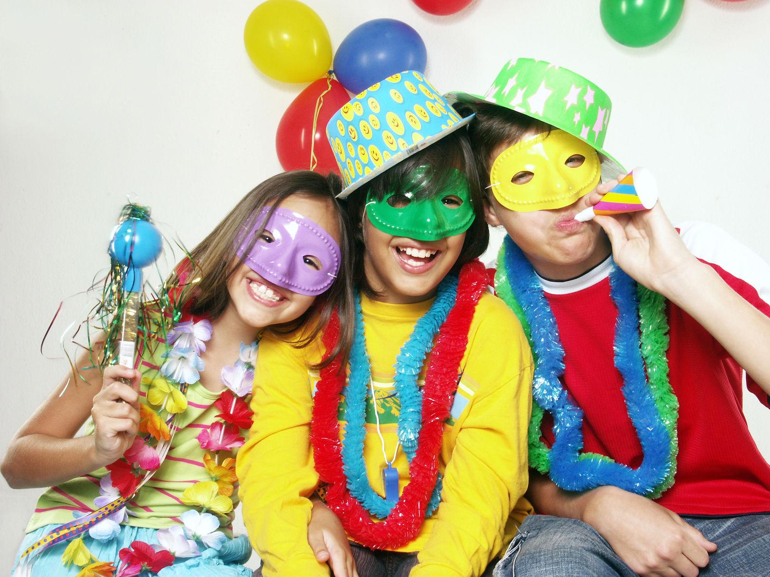Дети в костюмах и масках