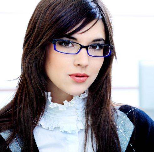 девушка в очках с синей оправой