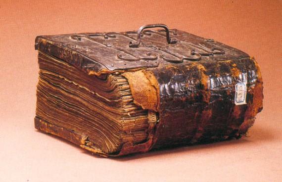 старинная книга в кожаном переплете