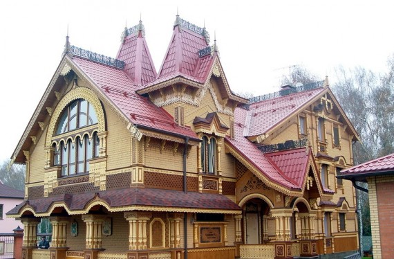 современный дом с резными наличниками