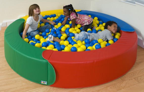 дети играют в сухом бассейне