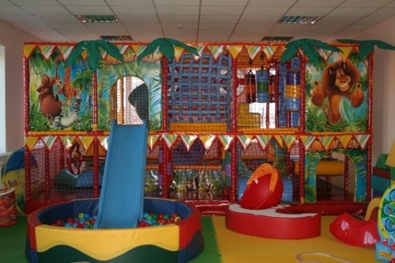 Яркий дизайн детской игровой комнаты