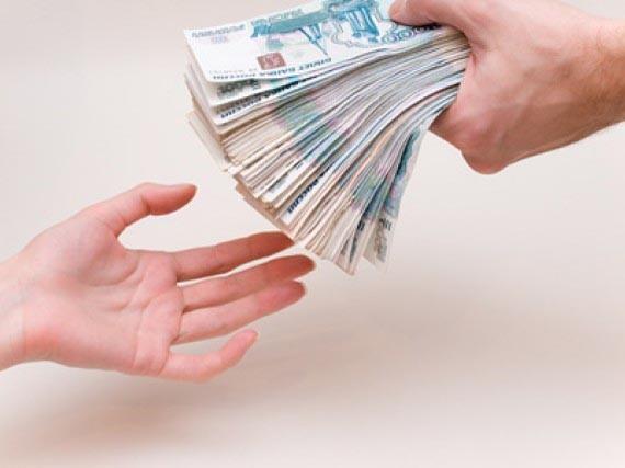 Человек отдает деньги другому человеку