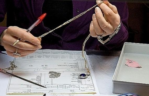 Ломбард принимает ценные вещи от клиентов в виде залога за выданный займ