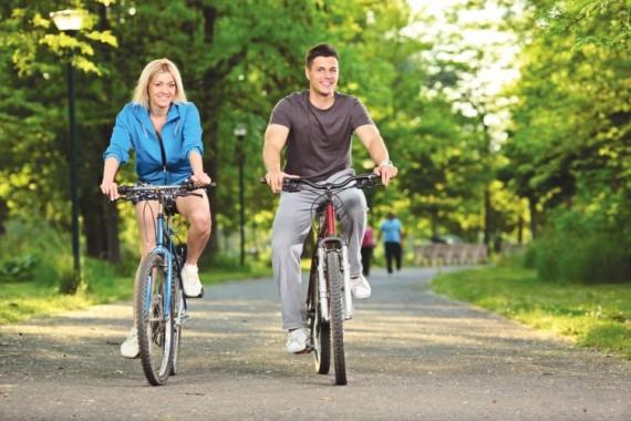 молодая пара на велосипедах
