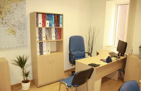 Небольшой офис со светлой мебелью