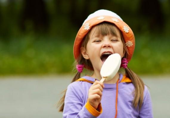 девочка ест мороженое