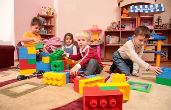 дети играют с игрушками в комнате