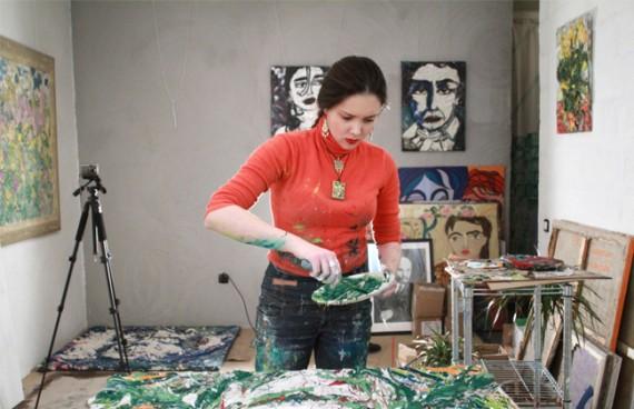 Художница разводит краски в своей мастерской