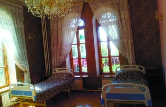 застеленные кровати в красивой комнате