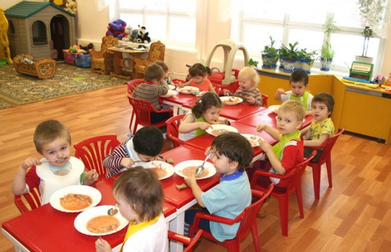 Дети кушают за столом