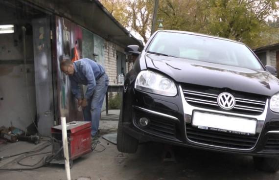 Авто мастерская, в которой фольцвагену меняют колесу
