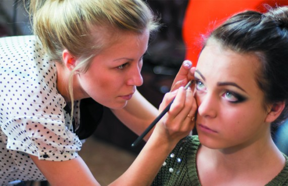 Девушка визажист красит свою клиентку