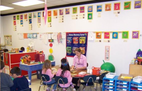 воспитательница сидит перед детьми