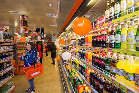 торговые полки в супермаркете