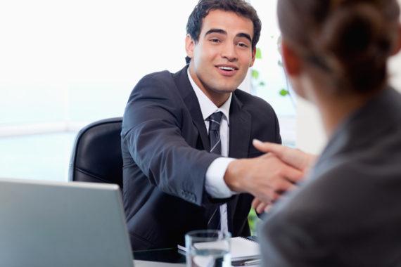 Сотрудник и руководитель в офисе