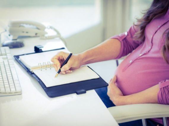 Беременная женщина работает