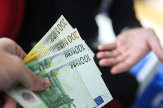 Передача наличных денег (евро)