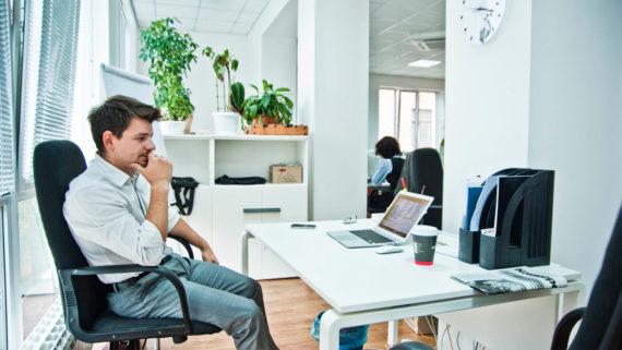 Руководитель за столом в офисе