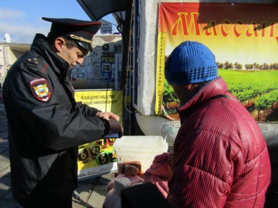 Полицейский составляет протокол