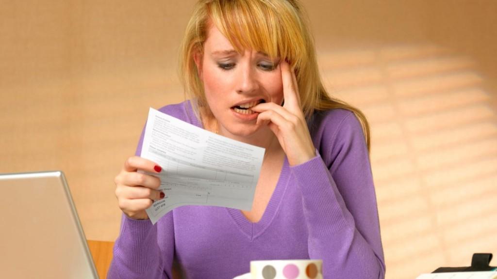 женщина читает документы