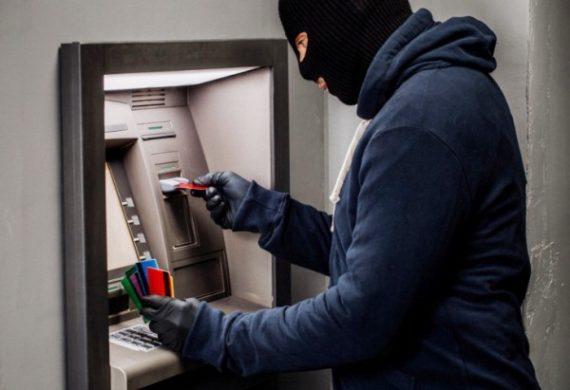 moshennik-u-bankomata
