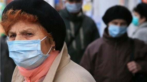бабушка в маске
