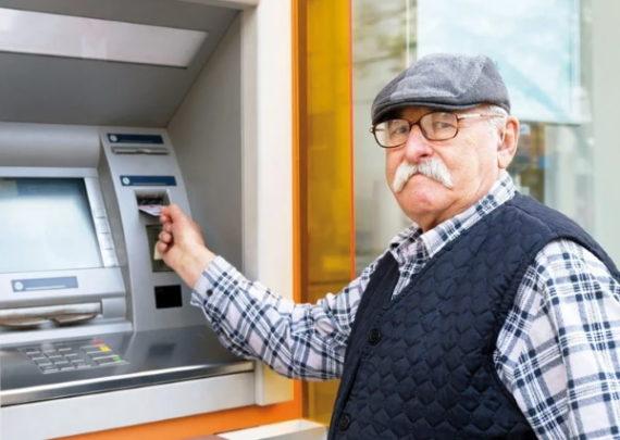 pensioner u bankomata