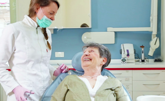 pensionerka u stomatologa
