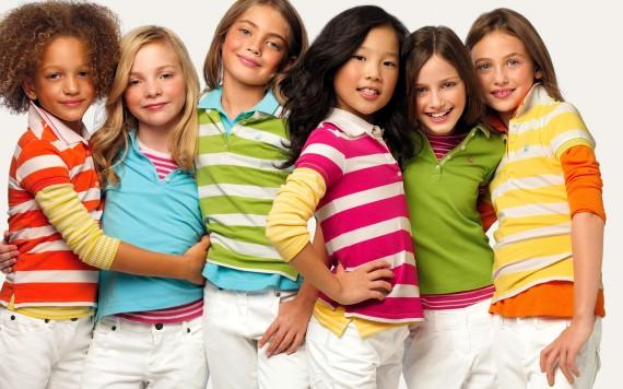 Дети в яркой одежде